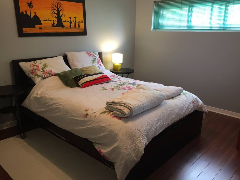 Chambre avec lit queen et large fenêtre