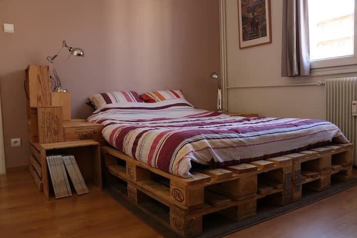 Chambre avec lit double proche du centre-ville