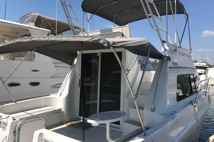 Charming 33' Mainship Boat