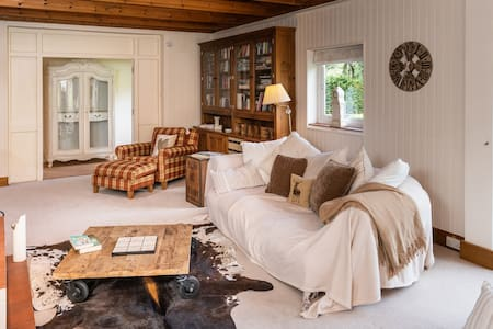 Fabulous 7 bedroom House sleeps 16 with Lake