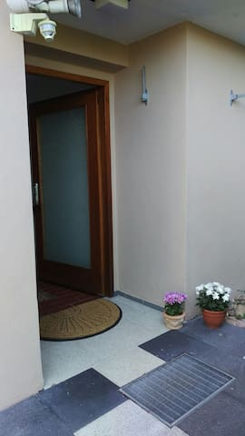 Ruhige 2-Zimmer-Wohnung mit schöner Terrasse - Neckartailfingen - Huoneisto