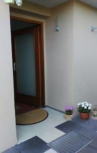 Ruhige 2-Zimmer-Wohnung mit schöner Terrasse - Neckartailfingen - Appartement