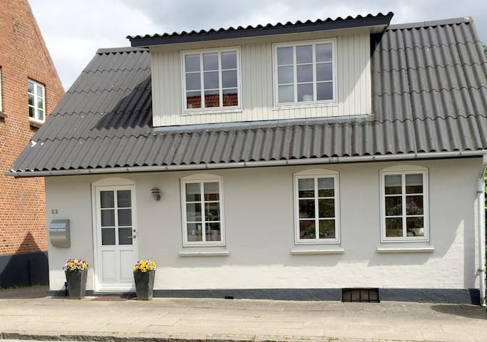 Lille hyggeligt byhus