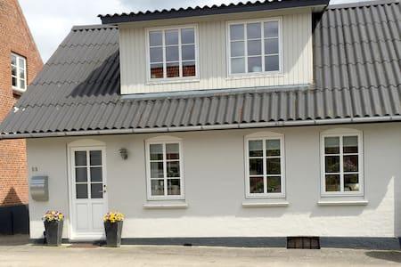 Lille hyggeligt byhus - Kjellerup - Hus
