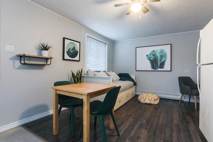 Studio appartement éclairé avec espace de bureau