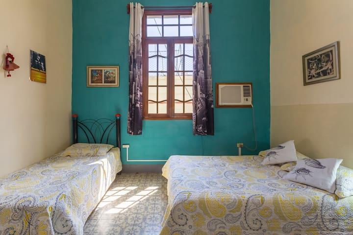 Habitación triple con baño privado