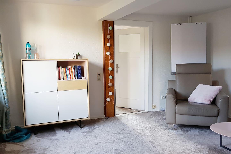 Gemütliche Wohnung, die mit hochwertigen Möbeln ausgestattet ist.