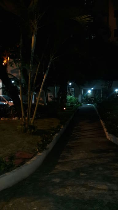 Condomínio ajardinado, visual noturno