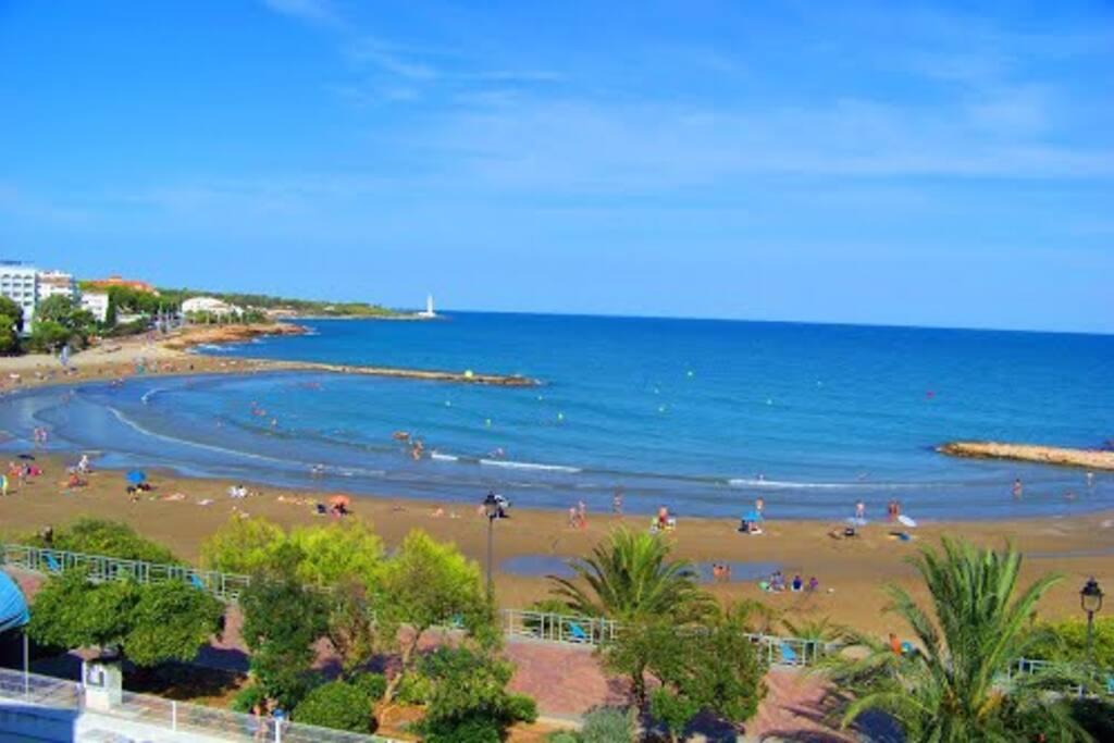 Playa a 300 mts de arena fina y poco oleaje, ideal familias..