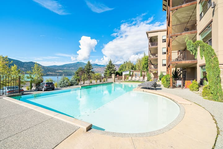 Stunning Poolside condo-walk to wineries & lake!