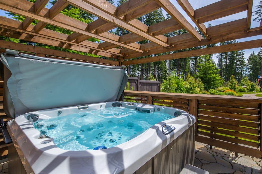 Private 6 - 8 person hot tub!
