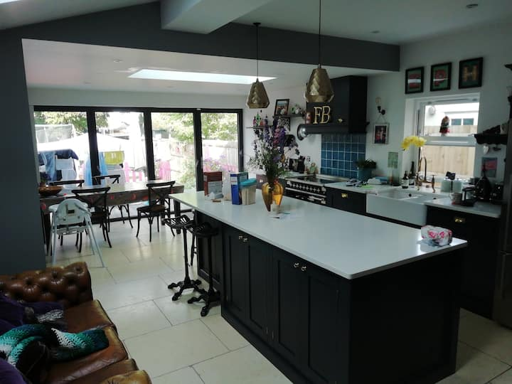 **Room to rent in our family home Mon-Wed**