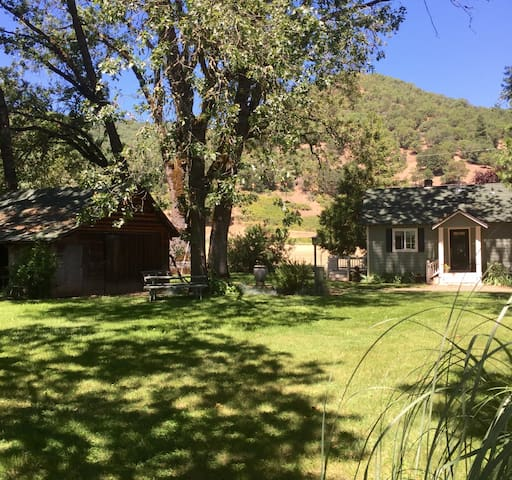 Romantic Rogue River Cottage ~ Near Del Rio Winery - Gold Hill - Bungalow