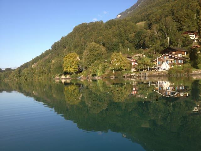 Kleine helle Wohnung idyllisch, direkt am See - Niederried bei Interlaken - アパート