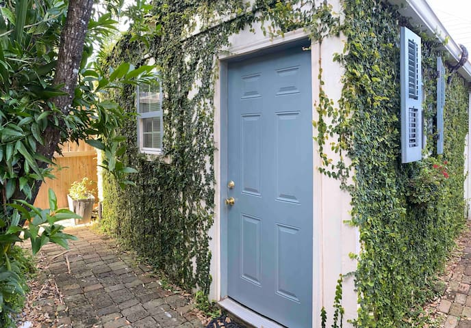 Cozy Studio Apartment Upper garden district