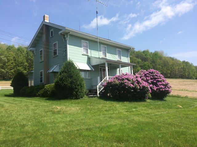 Quaint & Quiet 90 Acre Farmhouse