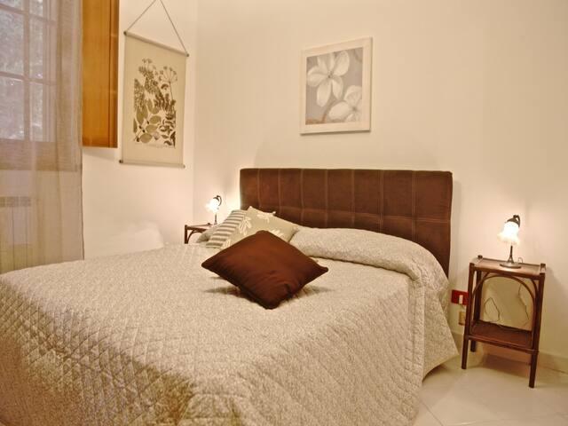 Bedroom 1: king size bed, interior details, large wardrobe, air conditioner. Camera da letto 1: letto matrimoniale,  dettagli interni, aria condizionata (A/C).
