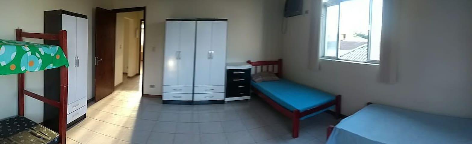 Amplo quarto , com armários e 4 camas