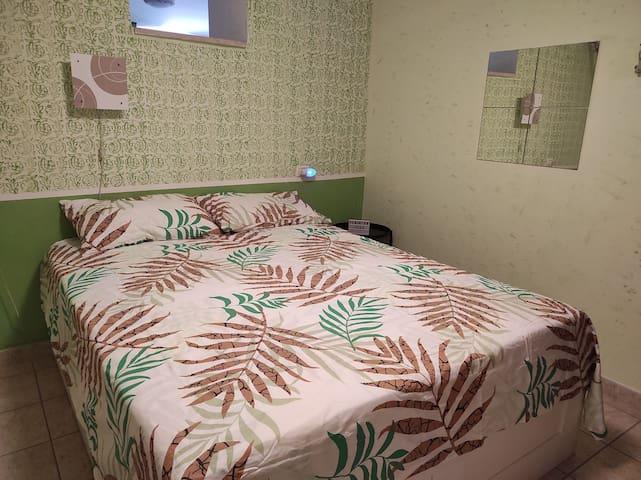 Camera  da letto matrimoniale. Letto 160x200 La camera è collegata con il salottino tramite un apertura sulla parete