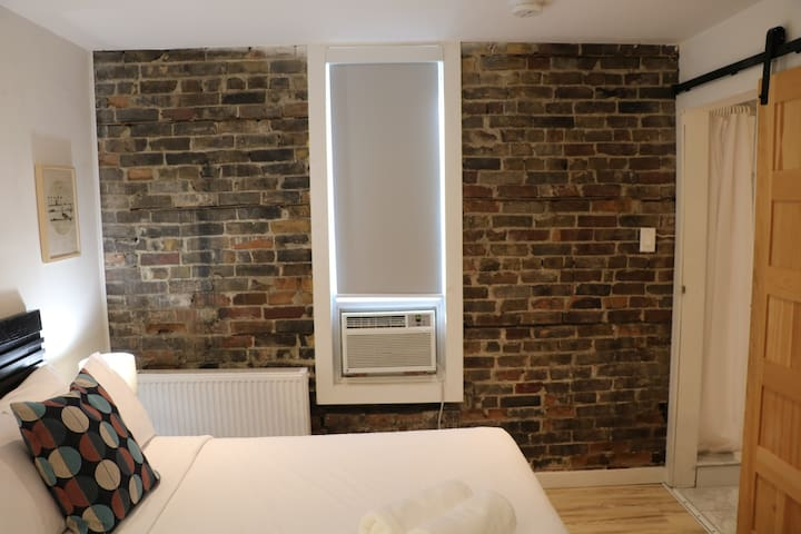 Exposed Brick Suite- No cleaning fee + Breakfast
