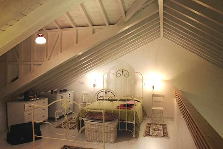 Main bedroom with vintage decoration (mezzanine).