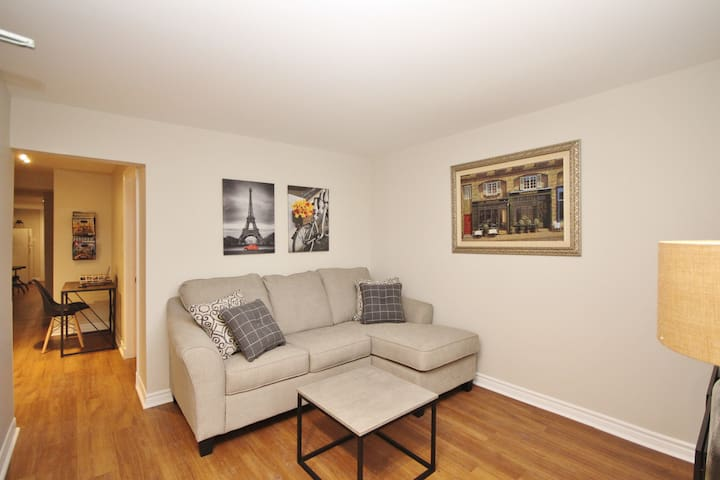 Cosy Downtown Apartment With Parking!
