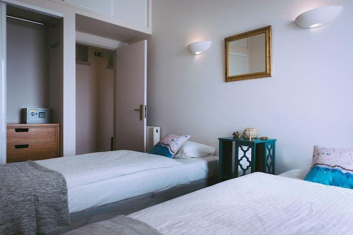 Zimmer 3 mit 2 Einzelbetten, Schrank und Safe