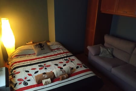 Acogedor dormitorio con sofá.