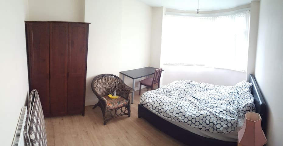 Spacious room in a great location - Coventry - House