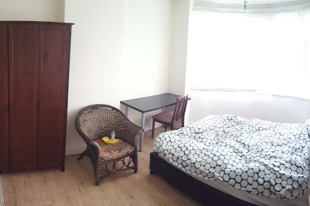 Spacious room in a great location - Coventry - Casa
