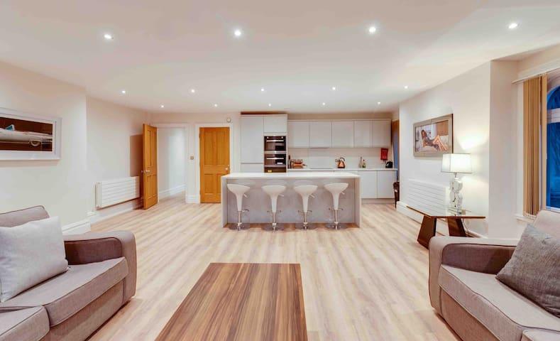 Luxurious City Centre Apartment Sleeps 9