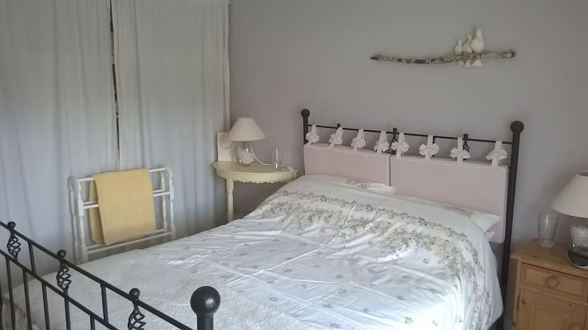 Double room in unusual home, arty and friendly - Truro