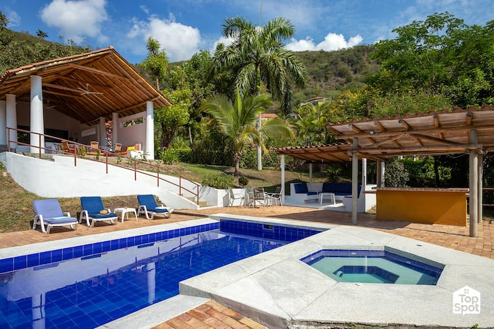 Large & Private Villa With Great Views!
