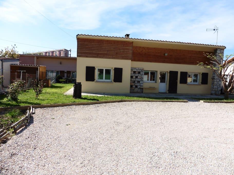 La façade de la maison et le parking
