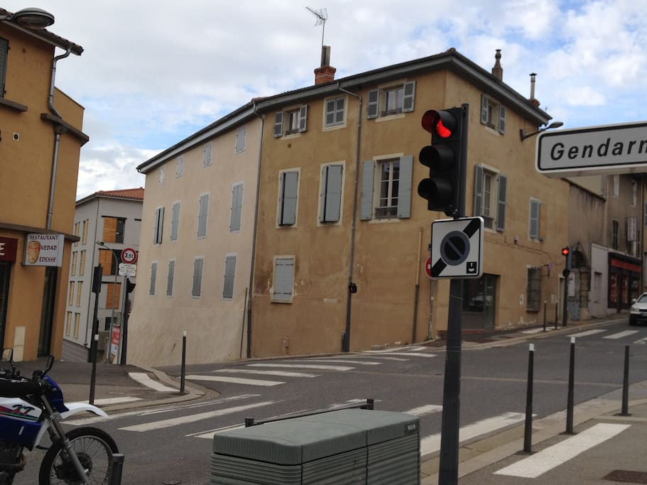 Le Castel du Châter (mes deux fenêtres sont sur le flanc gauche au 1er étage)