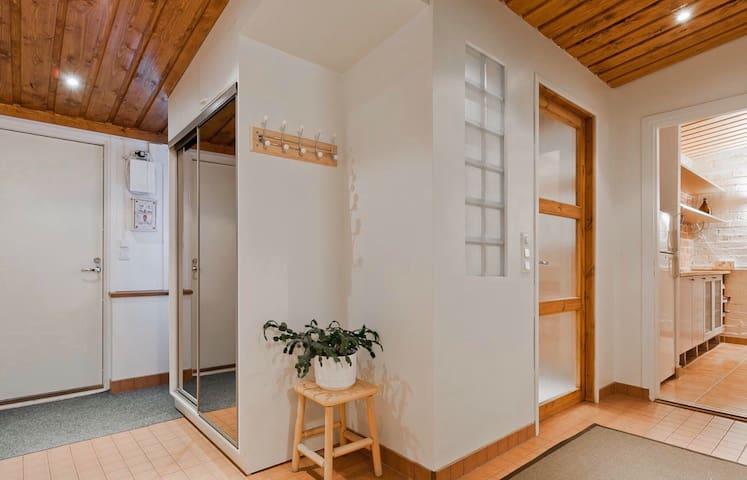 Kotoisa takkahuoneisto / Apartment with fireplace