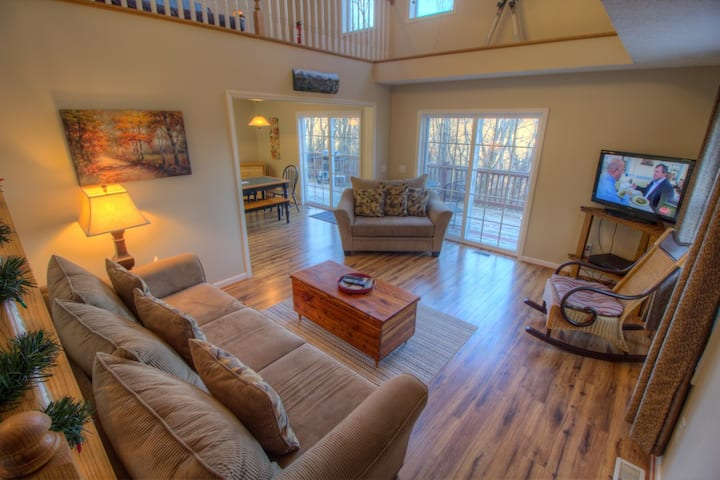 2BR, Long Mtn Views, Wrap Around Deck, Game Tables, Near Slopes & Attractions