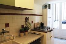 la cucina, raccolta ma completa di tutto, si apre su un ulteriore ambiente.