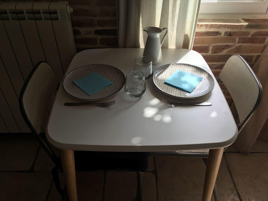 Table pour vos repas - possibilité de faire réchauffer votre dîner au micro-onde ou d'avoir une petite plaque de cuisson dans votre chambre.
