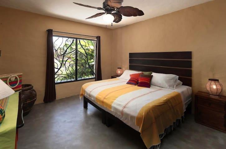 First Floor Bedroom (king size bed)