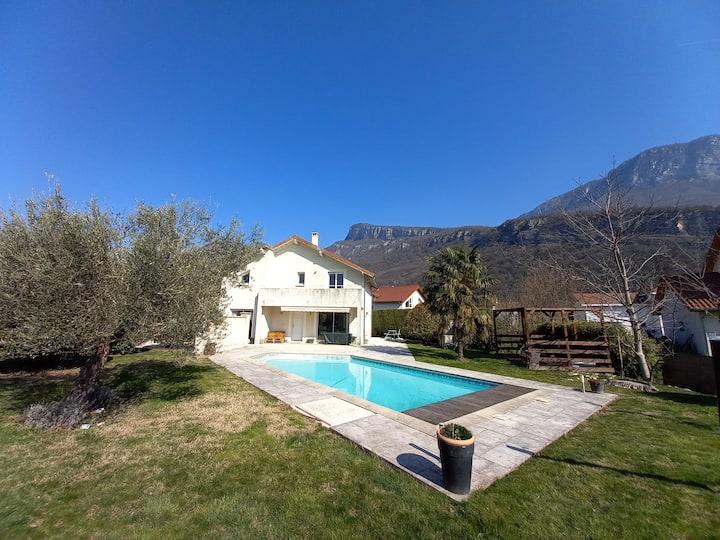 Maison avec piscine et vue  idéale famille