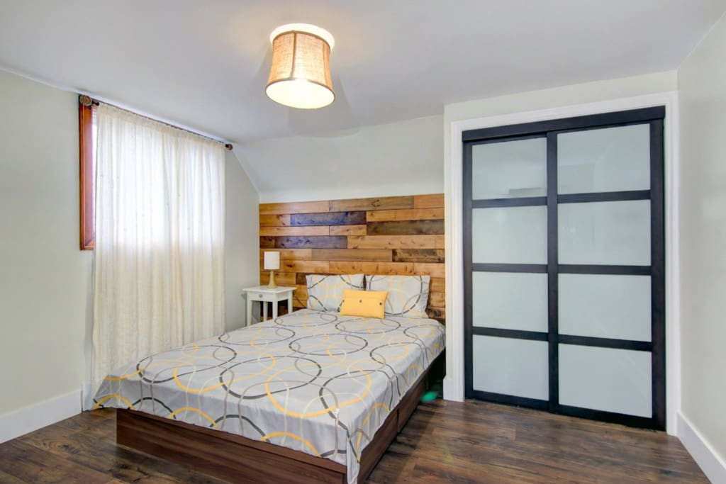 Warm Comfortable Bedroom With A Queen Size Bed Houses For Rent In Niagara Falls Ontario Canada