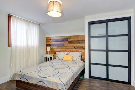Warm & Comfortable Bedroom with a Queen Size Bed - Ниагара-Фолс - Дом