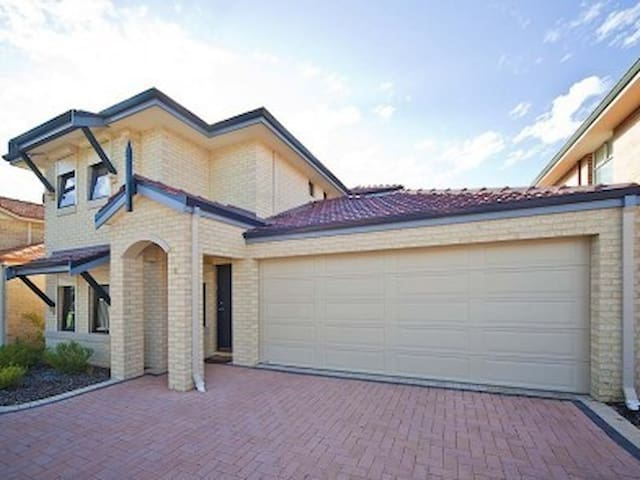 Modern Style Townhouse 5 minutes from Perth CBD