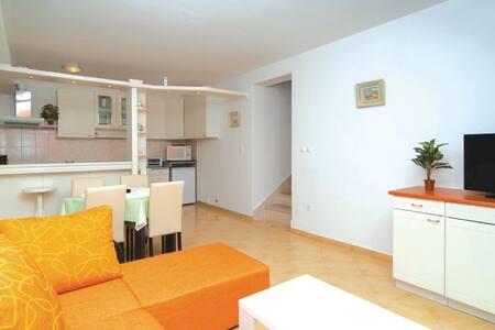 1 Bedroom Apts in Splitska #1 - Splitska - Flat