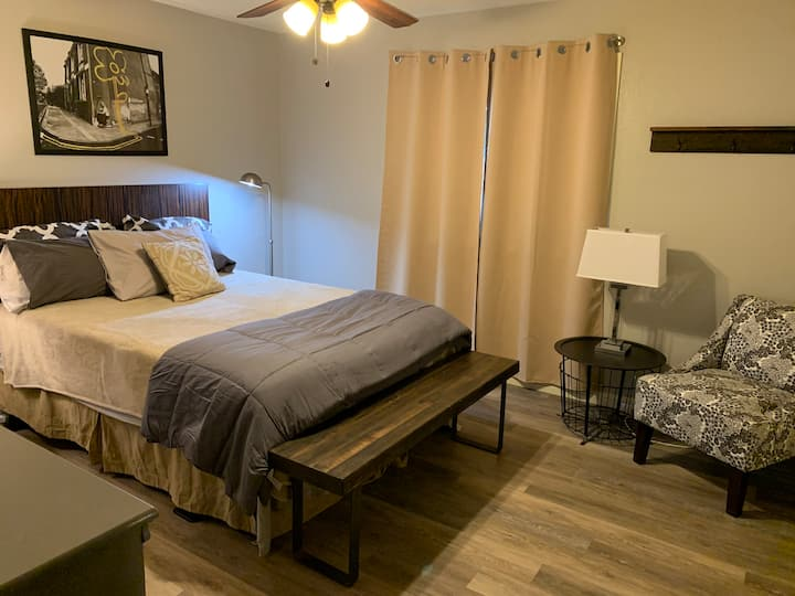 Clean, quiet room with private bath near hospital