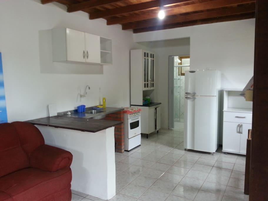 Sala e cozinha conjulgadas. Cozinha completa.