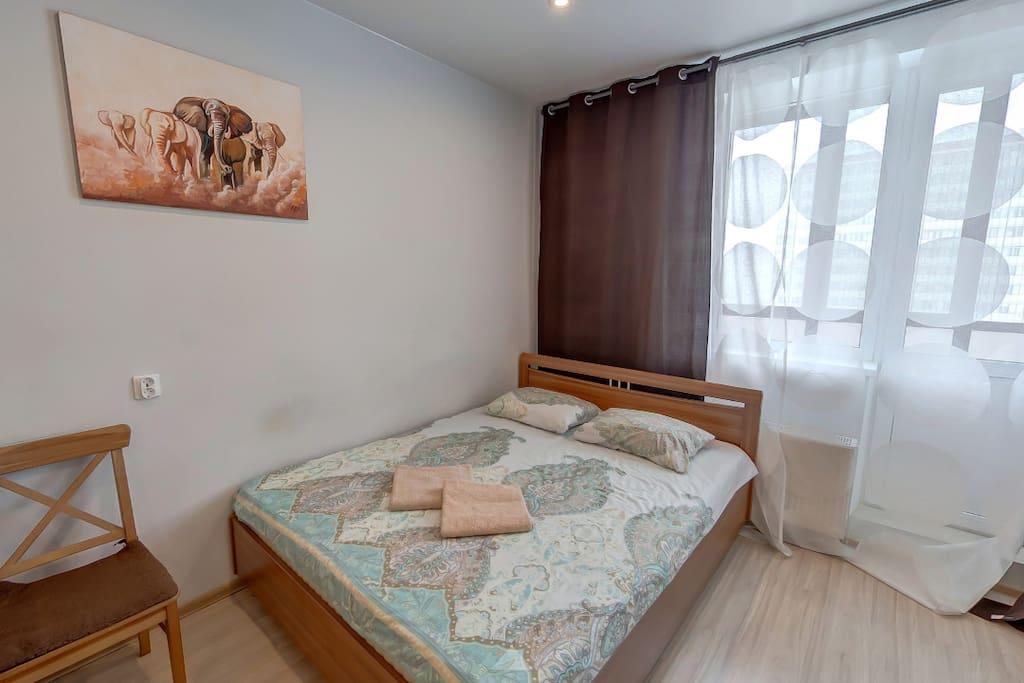 Уютная комната с огромной кроватью