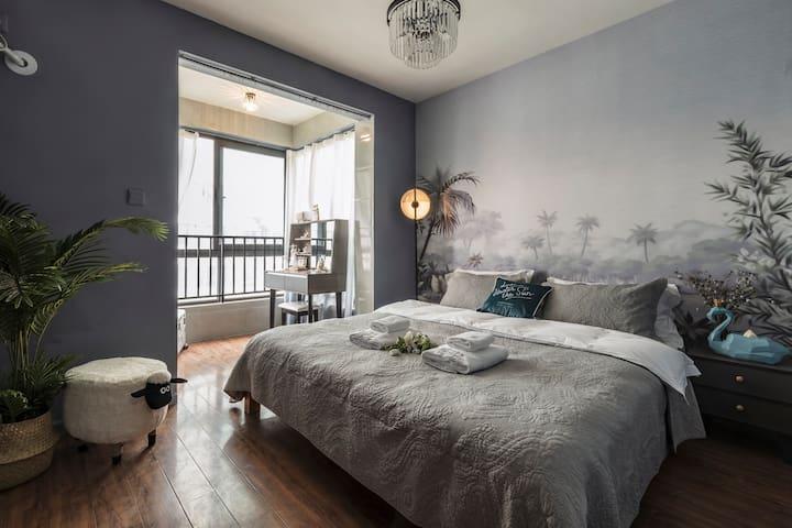主卧是一个独立的房间,宽敞明亮。