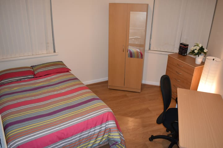 SR4A Vibrant, bright spacious accommodation